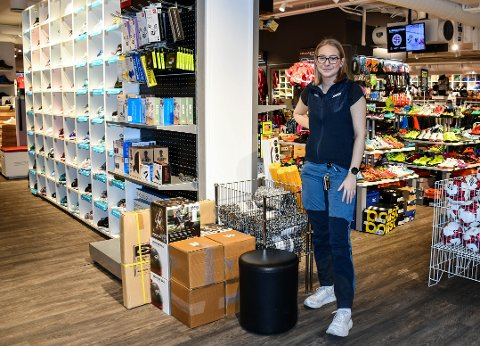 GODT SALG: Marthe Holt hos Sport 1 Revetal og de andre sportsbutikkene i og rundt Tønsberg opplever at folk har handlet mye utstyr for å holde seg i aktivitet om dagen.