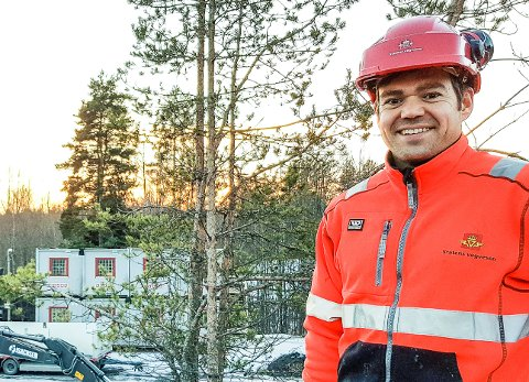 Etter planen: Byggeleder i Statens vegvesen Torkild Åkerset bedyrer at arbeidet med å anlegge blant annet gang- og sykkelvei langs fylkesvei 156 holder framdriften tross vinterværet.