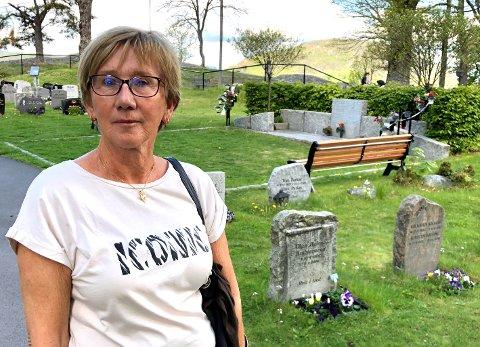 Reagerer: Ruth Kristine Lund opplever at minnelunden (bak) i Drøbak blir neglisjert.  - Det er vel ikke mange som orker å si fra om slikt, for man er jo i sorg, men det sårer, sier Lund.