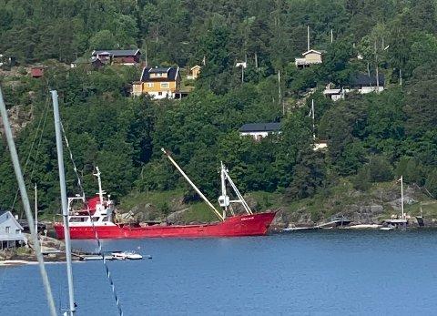 Lastebåten M/S Straumvik fra Roslagen Shipping AS fylte nylig på sand i Hallangspollen i Nordre Frogn.