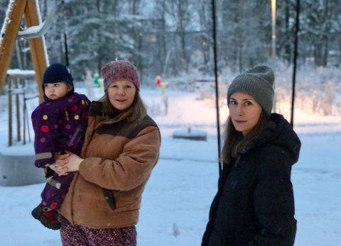 Johanne Sæther Houge, med Brynjar, og Kristina Marie Hauge venter intenst på barnehageplass.