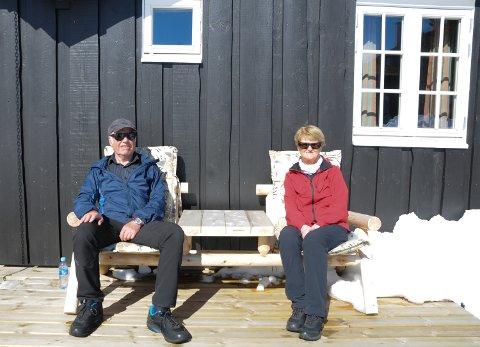 HYTTEKOS I SOLVEGGEN: - Det var herlig endelig å komme tilake på hytta i HUmmelfjell på Os, synes Sigmund og Arna Berg fra Trondheim.