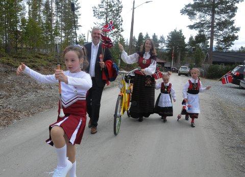 MARSJERTE: Ingvill Louise drillet i front av det lille 17.mai-toget med pappa Henrik, mamma Kristin og søstrene Ingrid Linneoa og Ingeinn Leona.