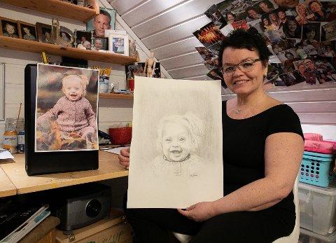 GLEDER ANDRE MED STREKEN: Kerstin Skar gleder seg å levere dette bildet som hun har malt av Ervine.