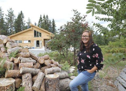 Utenfor allfarvei: Bak busker og trær, og en voksen stabel med ved, bor May Yvonne Hjellvik i sitt nye hus. – Jeg har verken øks eller sag, men vedkløyver har jeg.