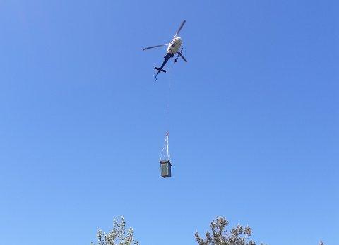 Lions Risør sørget for at det ble fraktet en utedo til Vakthusheia med helikopter.