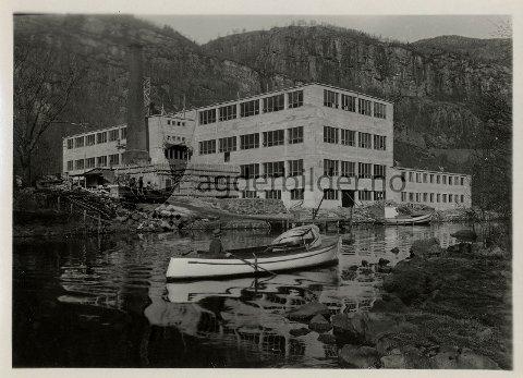 Flekkefjord Ullvarefabrikk. Flekkefjord Ullvarefabrikk brant i april 1935. Brannen oppsto i fyrhuset, og hele den fire etasjers trebygningen var overtent i løpet av et kvarter. Det var gode tider for ullvarefabrikken på det tidspunktet, så det ble besluttet å bygge den opp igjen straks. I løpet av høsten 1935 og våren 1936 ble nye betongbygninger reist. Maskinene montert sommeren 1936.