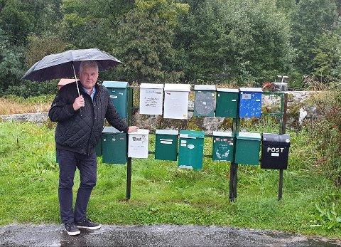 TYVERIER: Svein Magne Meland ved postkassestativet på Drangeid i Flekkefjord.