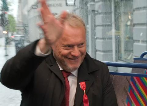 GODE MINNER: Raymond Johansen (Ap) ler når han forteller om gode 17. mai-minner fra oppveksten.