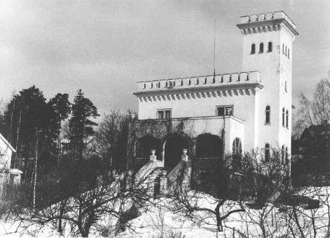 INNTAKT: Rundt 1960 var Borgen fortsatt intakt og markerte seg solid i landskapet med tårn og skyteskår. FOTO: Historielaget  Grefsen Kjelsås Nydalen