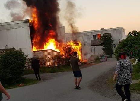 FULL FYR: Det brant godt fra bolig på Galnåsmyra. Alle beboere skal være i sikkerhet.