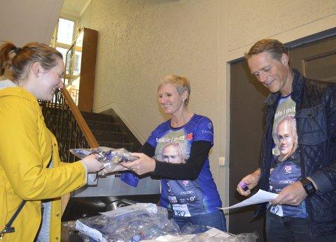 Mor Arnhild Mallasvik og far Torbjørn Os deler ut T-skjorter og klemmer til løperne på «Amalie i mitt hjerte».Foto: Sindre Wiik
