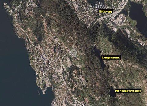 Demningen i Munkebotsvatnet brast onsdag ettermiddag. Mye av vannet rant ned i Langevatnet som gikk over sine bredder, og vannet fosset videre ned mot Eidsvåg.