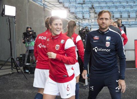 Maren Mjelde og landslagssjef Martin Sjögren har til vanlig ikke noe imot oppmerksomhet, men fredag vil de ikke at noen skal se landskampen mot New Zealand (Arkivfoto: NTB scanpix)