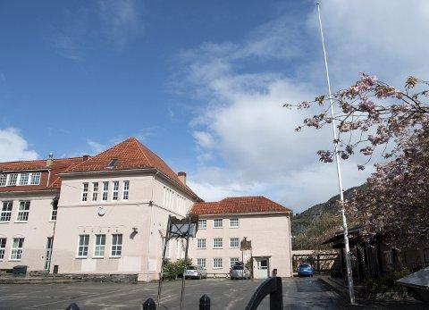 NAKEN: Flagget var ikke oppe da BA var på Rothaugen skole onsdag formiddag. Men senere på dagen kom det opp. FOTO: ARNE RISTESUND