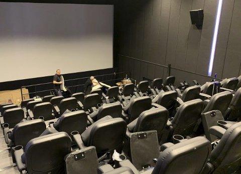 Åpner torsdag: Det jobbes på spreng for å få ferdig DBox-salen i KP2. Torsdag vises «Ad astra» – med setebevegelse. Foto: Kai Flatekvål