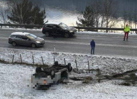 Slik ble bilen liggende etter utforkjøringen. Den ble etter kort tid fjernet av bilberger.