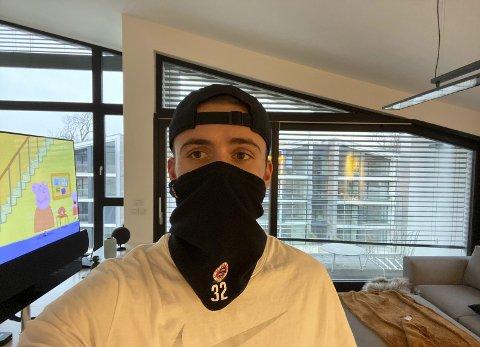 Andreas Vindheim (24) får bot om han går ut uten munnbind eller bøff. Inne ser det ut som han får tiden til å gå ved å se på Peppa Gris.