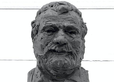 Jørgen Jægers krimhelt Ole Vik har blitt utformet i et minihode av kunstner- og skulptør Vidar Bratlund-Mæland. Foto: Privat
