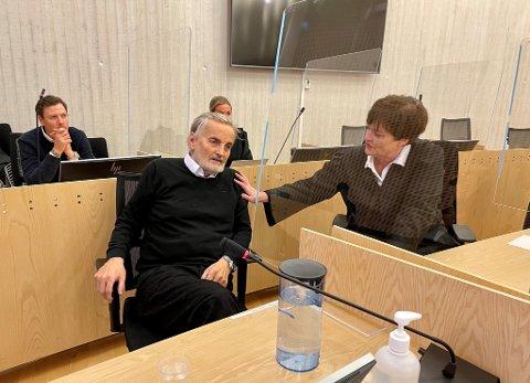 Mangemillionær Reidar Osen ser frem til å få satt punktum i saken. Her i samtale med sin bistandsadvokat Mette Yvonne Larsen.