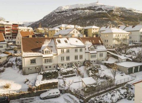 Øvre Pinnelien blir av megleren karakterisert som «Bergens eneste hageby og en flott adresse for de rette kjøperne». Nummer 7 (i midten) er nå solgt for 8,1 millioner.