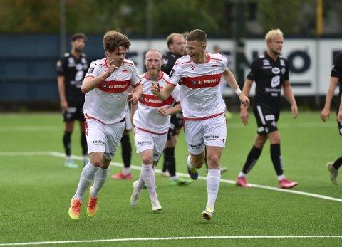 Sandvikens Håvard Mikkelsen (t.v.) jubler etter sin 1-0-scoring mot Stord.