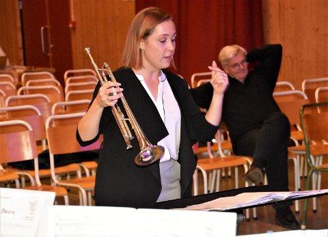 STORTRIVES PÅ JOBBEN: Linda Rømo i sving med å dirigere på konserten i samfunnshuset i Eggedal.