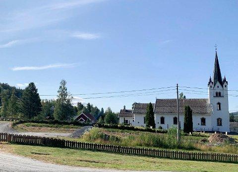 STRIDENS KJERNE: Kirkerådet i Sigdal ønsker å bygge sitt nye driftsbygg på denne tomten ved siden av Eggedal kirke, men politikerne mener det vil være til hinder for sentrumsutviklingen i Eggedal.