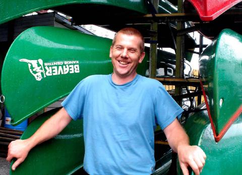 Kristian Brødholt driver både Osloveien Auto og Beaver Kanosenter. Sommer er høysesong for utleie av kanoer.