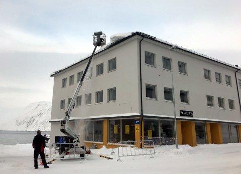 Her ryddes taket på Scanic Honningsvåg for snø og is.