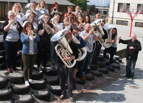 Flora-Bremanger Brassband øvar til Englands-turen sin. Kommande søndag spelar dei i Leeds Hall saman med Black Dyke Band, verdas mest berømte brassband. Nedst til høgre dirigent Johnny Sælemyr.