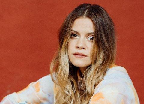 DEBUTANT: Halvt bremangerske Helena Tjelle Leinebø er ute med sitt debutalbum som soloartist.