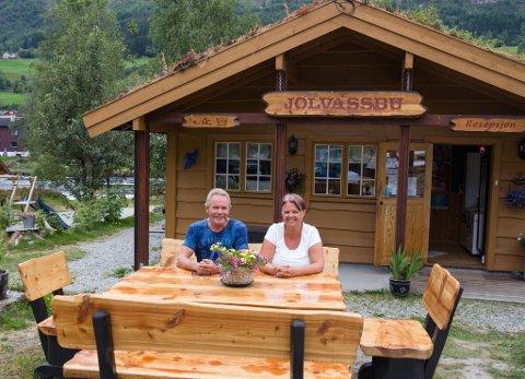 MYKJE Å SJÅ: Gunn Marte og Egil Tefre på Jølvassbu camping gir gjerne turistane tips til kva dei kan gjere på på Jølster.