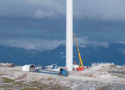 ENMORME DIMENSJONAR: Mølla på bildet blir 150 meter høg. Møllene ein tenker å setje opp i fjella mellom Gaular og Høyanger blir 250 meter høge.