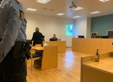 ANGRA: Den tiltalte mannen i 40-åra framstod som angrande då han møtte i retten, tiltalt for å ha brukt vald mot ein offentleg tenestemann.