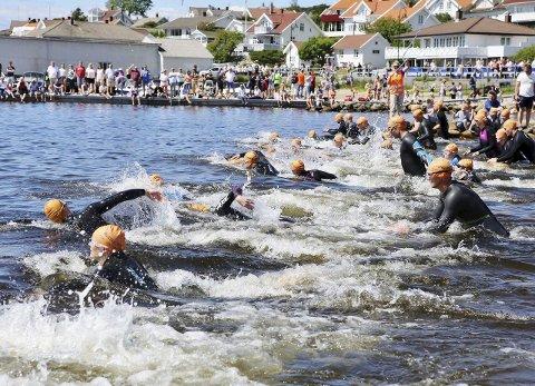 FOLKEFEST: Det var flust av folk både på land og i vann når Hvaler Triatlon ble arrangert ifjor. Alt ligger til rette for en reprise lørdag og søndag. FOTO: Harry Johansson