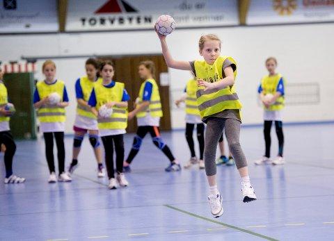 Fredrikstad Idrettsråd har funnet at aktivitetsuka for idrettslag i kommunen snarere har fire dager enn sju. Bilde fra håndballskole  i Kongstenhallen.