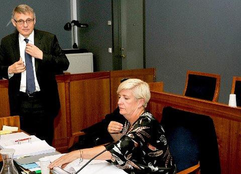 FØRTE SENTRALT VITNE: Sykehusets klinikksjef Eirin Paulsen har tidligere vist til at flere overhørte telefonsamtalen hvor Cecilie Jensen skal ha uttalt at hun var stolt over å være sykmeldt, men at hun ikke var syk. I går fortalte vitnet at hun ikke hørte hva Jensen sa, men at hun hørte tre utsagn av lederens respons. Til venstre sykehusets advokat, Jan Backer.