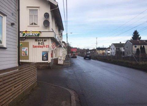 Lislebyveien stenges for gjennomkjøring i krysset med Albert Torps vei ved innkjøring til Joker-butikken fra mandag 22. januar. Den gjenåpner ikke før fire måneder senere.