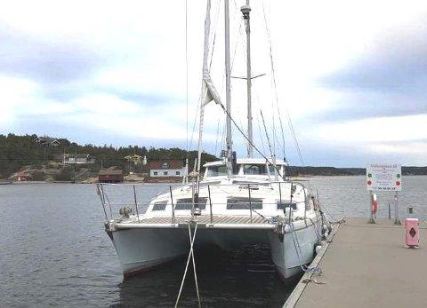 – Jeg har lagt ut båten fort salg i facebook-gruppen «båtfolk på Facebook», og vil gi den bort eller selge den til høystbydende, forteller Erik Nordum i Skjærhalden gjestehavn.