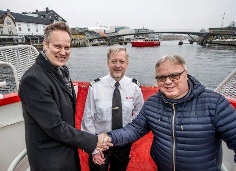Ordfører Jon Ivar Nygård tok imot prisen på vegne av Fredrikstad kommune i mars. Her er han med Runar Helgesen som er trafikkleder ferge i Fredrikstad kommune og Dag Solheim.