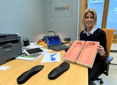 Ortofot Eva-Irén Aarum tilbyr bedrifter å komme ut og lage ortopediske spesialsåler til skoene til ansatte.