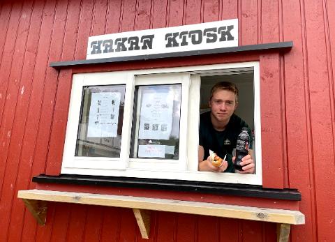 LUKA: Mikkel van der Hagen (18) gjenåpner nedbrente Hakan kiosk.