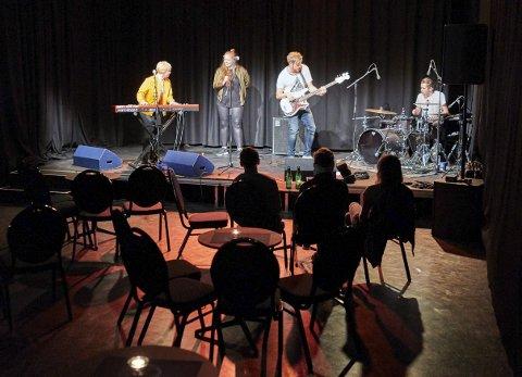 FÅ: På konsert i Mørkholla i Narvik fredag kveld. Men Sweet Like Chili kjørte en full konsert uansett. Fra venstre: Sofie Braseth, Rikke Braseth, Thomas Bottolfsen på bass og Andreas Lunde Grindstein på trommer.