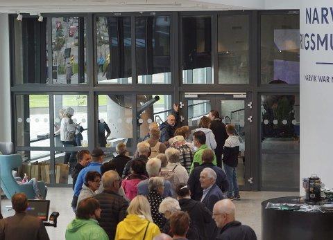 LANG KØ: Folk hadde stimlet sammen foran dørene til Narvik Krigsmuseum i minuttene før den offisielle åpningen klokka 12. De fleste lokale, men også noen tilreisende, fastslo museumsdirektøren som ventet i døra.
