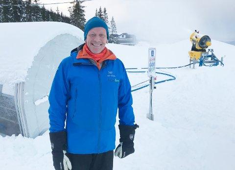 Det snør, det snør, tiddeli bom: Steen Aalmen bare går rundt, smiler og nyter synet av dalende snø. På vei inn i sin 16. sesong som skiinstruktør i Fagernesfjellet kan han konstatere at de perfekte forholdene gjør at man kan starte med skiskole for barn, ungdom og voksne allerede siste mandag i november. Foto: Jan Westby