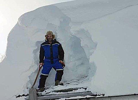 HÅNDMAKT: Espen Belles bor i Jøkelfjorden i Kvænangen. På taket har det snødd over to gode meter med snø.  Den har han nå fjernet. Med spade.