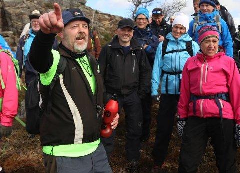 Robert OIufsen (i grønt med hatt) blir tildelt Frivilligprisen for sin innsats i håndballen.