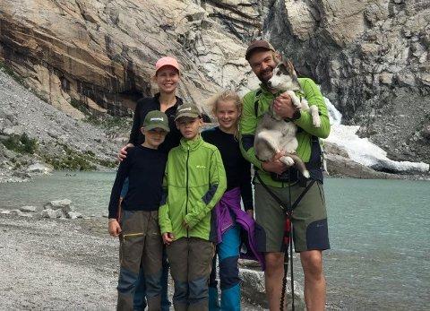 TURGLADE: Trine, mannen Ola-Mattis og barna Gustav, Oscar og Ovidie får nå kortere vei til både vestlandet og Rondane. Her foran Briksdalsbreen.