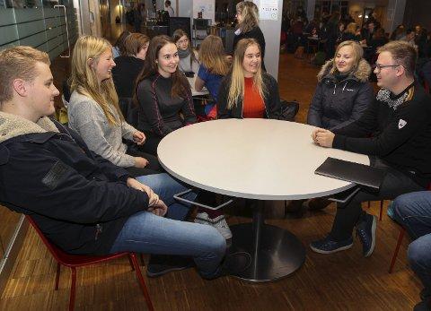 FIKK INNSPILL: Elevene Jonas Tala (fra venstre), Sanna Marthe Sørum, Mia Andersen Linnerud, Helene Grelland Bohman og Frida Venåsen kom med innspill til fylkesordfører Even Aleksander Hagen.